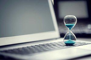 Reloj de arena sobre un teclado de Mac