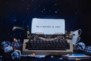 Máquina de escribir con una hoja en la que se puede leer 'Voy a escribir un libro'