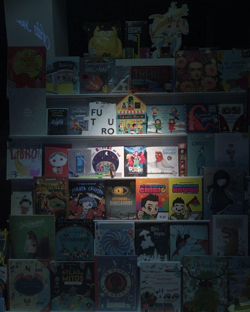 Escaparate de la librería Anteo en Dos Hermanas. En él se puede ver, en el centro, el libro Mara Turing y el Despertar de los Hackers