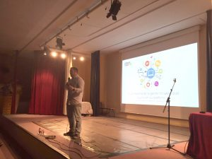 Javier Padilla durante la presentación de El Despertar de los Hackers en las Escuelas Francesas en Sevilla
