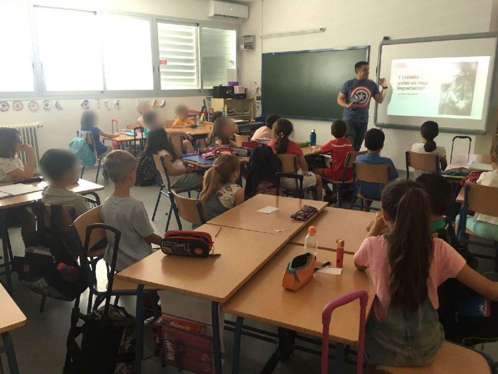 Javi Padilla durante una presentación de Mara Turing en un aula de tercer curso en un colegio de Sevilla