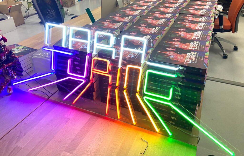 Mesa en las oficinas de Mara Turing. Los primeros 300 ejemplares que volaron el primer fin de semana